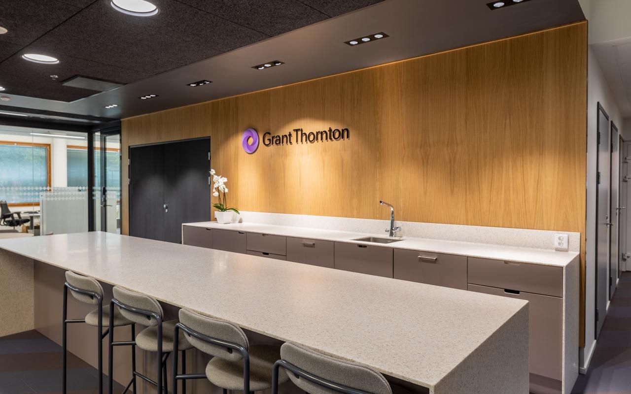 Nykyaikainen yhtenäisen ilmeen toimisto - Grant Thornton